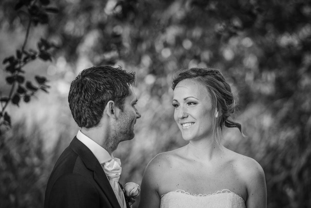 85ba09f0a18e Bröllopsfoto Aspenäs herrgård - brudpar vid fotografering innan vigseln i  natur med träd